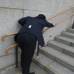 デスクワークで肩に力が入ると、仕事帰りの足どりがだるく疲れやすくなる。
